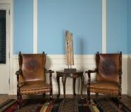 2 деревянных ретро кресла, настольная лампа и круглый журнальный стол Стоковая Фотография