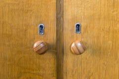 2 деревянных ручки двери и keyholes Стоковые Фотографии RF