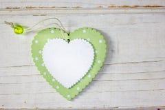 2 деревянных сердца - белого и зеленого над деревянной предпосылкой Стоковое фото RF