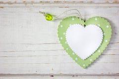 2 деревянных сердца - белого и зеленого над деревянной предпосылкой Стоковая Фотография RF