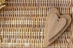 2 деревянных сердца - большого и малого Стоковое Фото