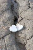 2 деревянных сердца влюбленности на банке песка Стоковая Фотография RF