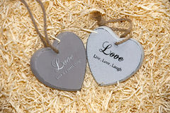 2 деревянных сердца влюбленности с любящими надписями Стоковые Изображения RF