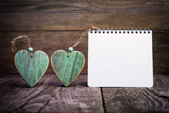 2 деревянных сердца и блокнота Стоковая Фотография