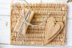 2 деревянных сердца и день валентинки подарок Стоковое Изображение