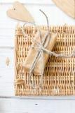 2 деревянных сердца и день валентинки подарок Стоковые Фотографии RF