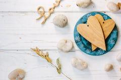 2 деревянных сердца на голубой плите - концепция дня валентинки Стоковые Фотографии RF