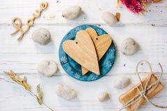 2 деревянных сердца на голубой плите - концепция дня валентинки Стоковые Фото