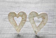 2 деревянных сердца на день валентинок. Стоковое Фото