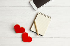 2 деревянных сердца на деревянной предпосылке Стоковые Фото