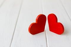 2 деревянных сердца на деревянной предпосылке Стоковые Фотографии RF
