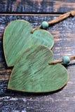 2 деревянных сердца на затрапезной предпосылке Стоковая Фотография RF