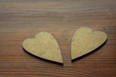 2 деревянных сердца на коричневой предпосылке Стоковые Изображения RF