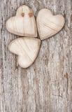 3 деревянных сердца на старой древесине Стоковое Изображение RF
