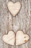 3 деревянных сердца на старой древесине Стоковые Фото