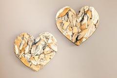 2 деревянных сердца на стене Стоковое Изображение