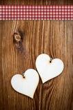 2 деревянных сердца на темных деревянных планках Стоковая Фотография