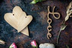 2 деревянных сердца на черной деревенской поверхности Стоковая Фотография RF