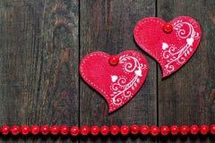 2 деревянных сердца с орнаментом Стоковое фото RF