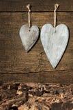 2 деревянных сердца с расшивой на деревянной предпосылке Стоковая Фотография RF