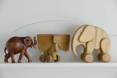 3 деревянных скульптуры слона на нейтрали Стоковые Изображения