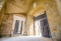 2 деревянных старых двери в средневековой крепости Стоковые Изображения RF
