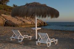 2 деревянных стулья и зонтика dack Стоковые Фото