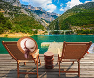 2 деревянных стулья и соломенной шляпы Стоковая Фотография RF