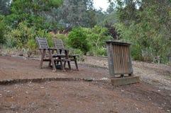 2 деревянных стулья и стойки Стоковые Фотографии RF