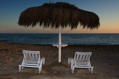 2 деревянных стулья и umbrell dack Стоковые Изображения