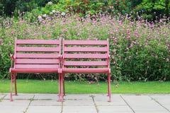 2 деревянных стуль с предпосылкой цветков Стоковая Фотография RF