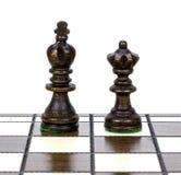 2 деревянных части шахмат самостоятельно на доске шахмат Стоковые Изображения RF