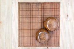 2 деревянных шара над пустой идут доска игры Стоковые Фото