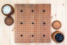 2 деревянных шара с 9 камнями гандикапа дальше идут доска игры Стоковые Изображения