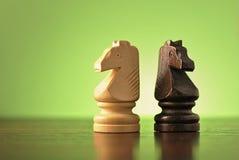 2 деревянных шахматной фигуры рыцаря Стоковое Фото