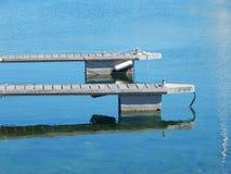 2 деревянных этапа посадки в гавани Стоковое Изображение