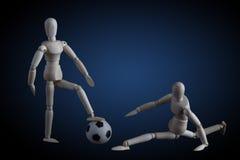 2 деревянных figurines играя концепцию футбола на темной предпосылке w Стоковые Изображения
