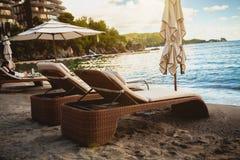 2 деревянных loungers на пляже моря на рано утром Стоковые Изображения RF