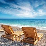 2 деревянных loungers солнца на пляже Стоковое Фото