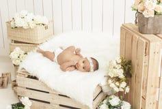 держатели милого маленького ребёнка нося лежа на острословии одеяла меха стоковая фотография rf