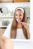 держать милую женщину зубной щетки Стоковое Изображение RF