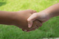 держать рук детей Стоковые Изображения
