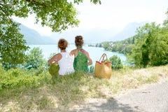 2 лесбиянки в природе восхищают ландшафт Стоковое Фото
