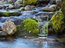 Естественная вода в стекле стоковая фотография rf