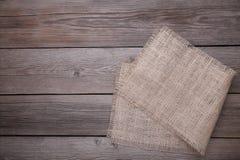 Естественная дерюга на серой деревянной предпосылке Холст на сером деревянном столе стоковое изображение