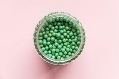 Естественная добавка овоща биологически активная В форме малых зеленых шариков Естественные медицины от Азии Стоковое фото RF