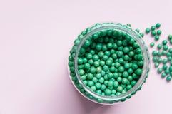 Естественная добавка овоща биологически активная В форме малых зеленых шариков Естественные медицины от Азии Стоковые Фото