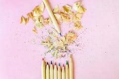 Естественная древесина покрасила карандаши с shavings на предпосылке фиолетовой бумаги Стоковое Фото