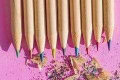 Естественная древесина покрасила карандаши с shavings на предпосылке фиолетовой бумаги Стоковые Изображения
