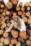 Естественная девушка в платье сидя на журналах Стоковые Фото